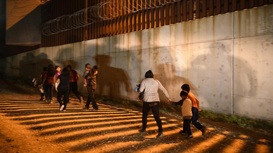 Familias migrantes se entregan a los agentes fronterizos estadounidenses tras ingresar ilegalmente al país en Hidalgo, Texas, en 2019.