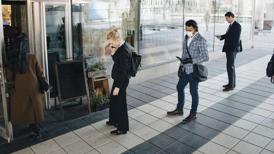 Gente formada en un restaurante durante la pandemia