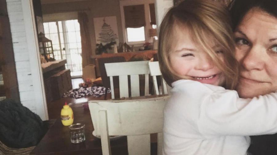 Madre con su hija con Síndrome de Down, abrazadas