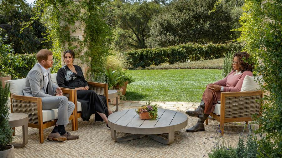 Harry y Meghan, en un momento de la entrevista con Oprah WInfrey transmitida este domingo en la cadena CBS.