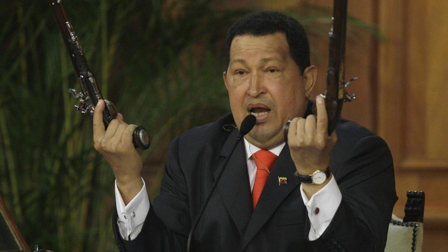 Hugo Chavez en discurso con pistolas