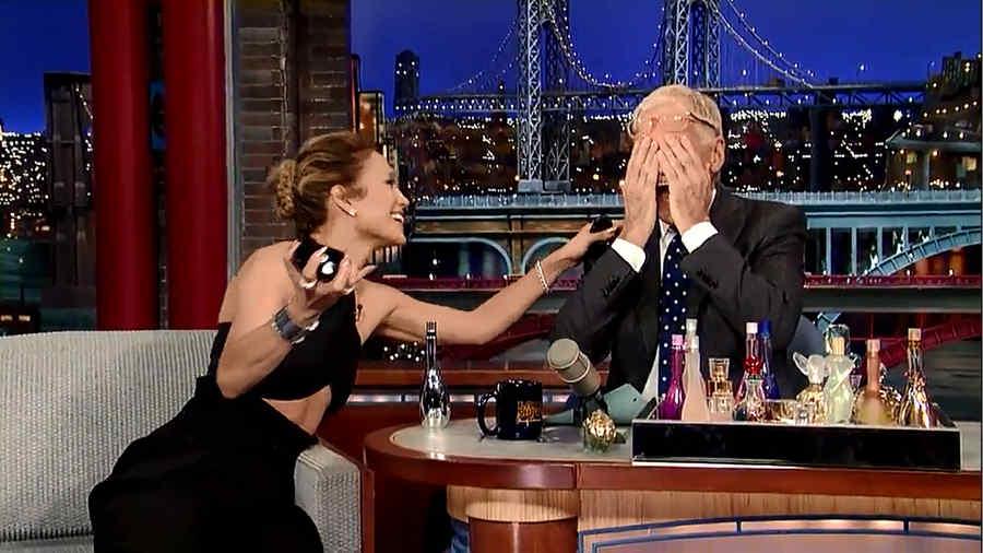 Jennifer Lopez le echa perfume a David Letterman en la cara