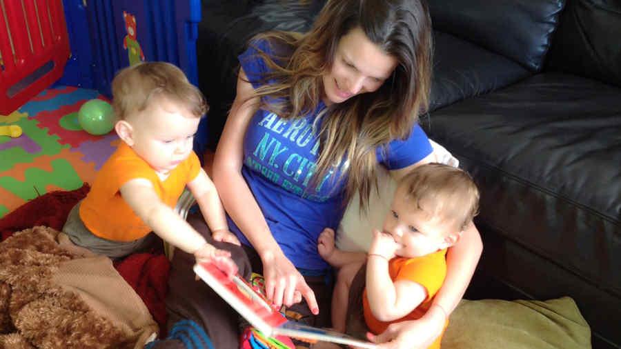 maritza rodriguez jugando con sus gemelos