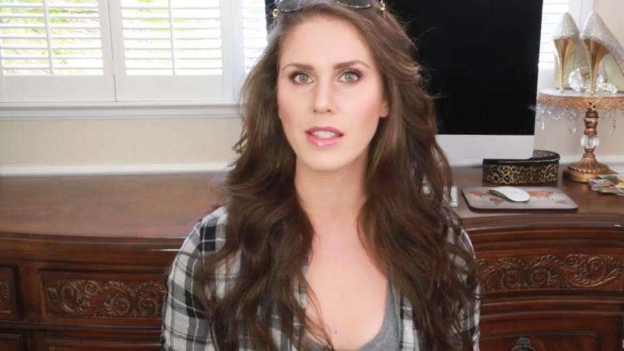 Cassandra Bankson habla de sus vaginas en Youtube