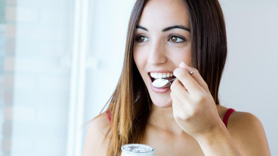 Mujer comiendo yogur