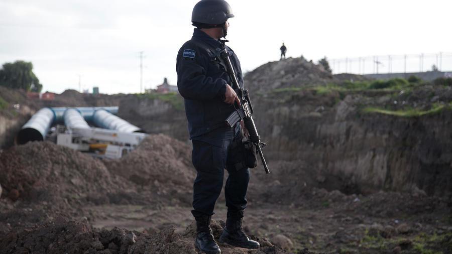Un policía federal monta guardia cerca de la prisión de máxima seguridad del Altiplano.