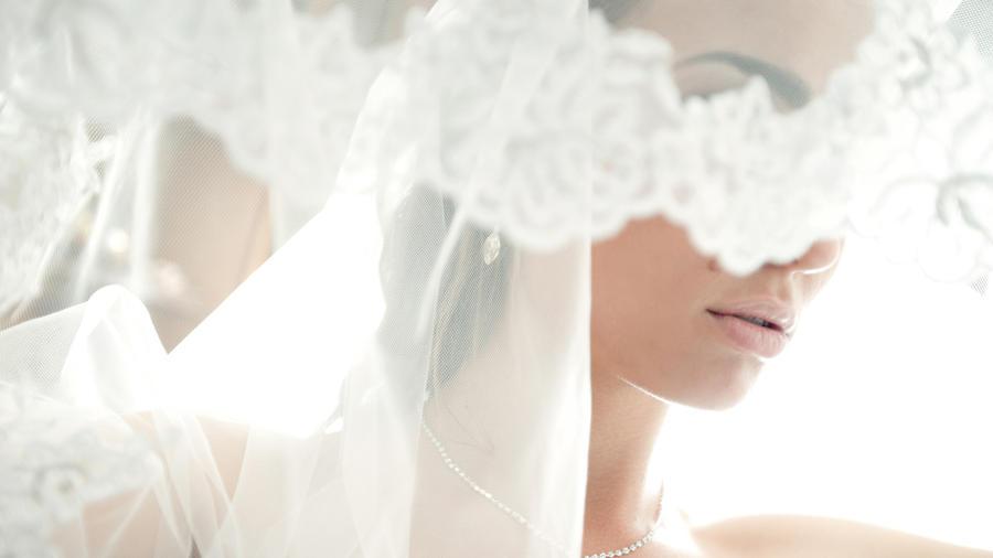 Mujer cubriendo rostro con velo