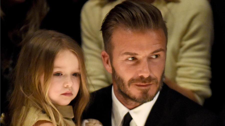 Harper y David Beckham en un desfile de Burberry