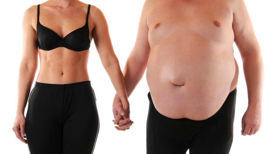 Hombre gordo y mujer sin camisa, cogidos de la mano
