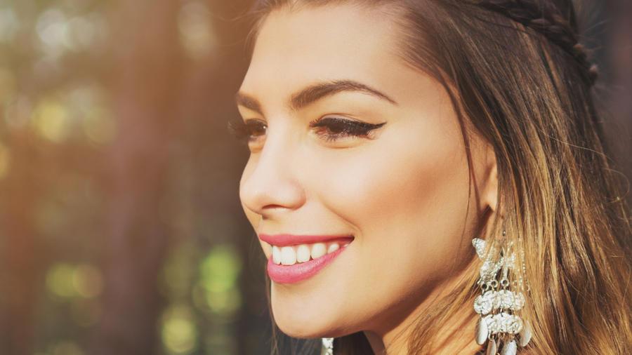 Mujer sonriente con una trenza hippy chic