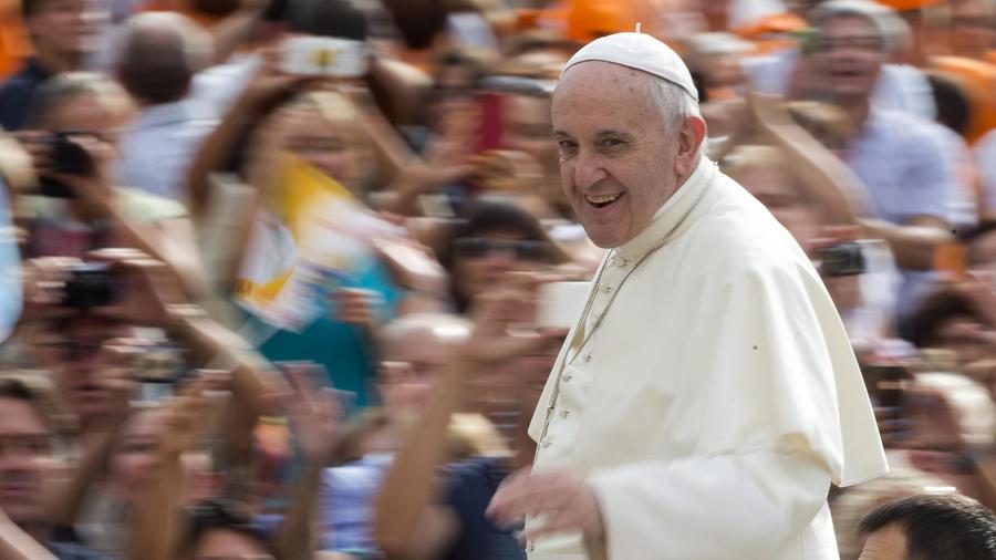 El papa Francisco saluda a los fieles a su llegada a la Plaza de San Pedro en el Vaticano.