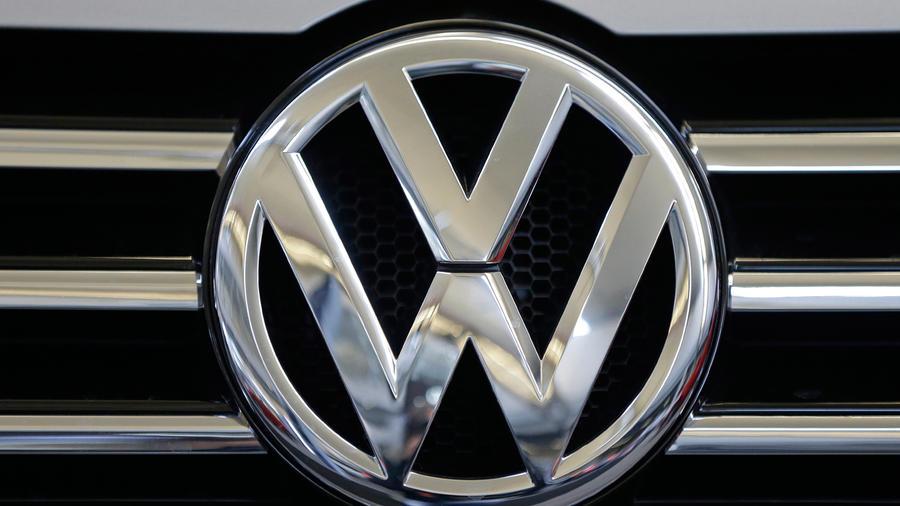 Un vehículo luce el logotipo de Volkswagen en su parrilla en Pittsburgh, el 14 de febrero de 2013.