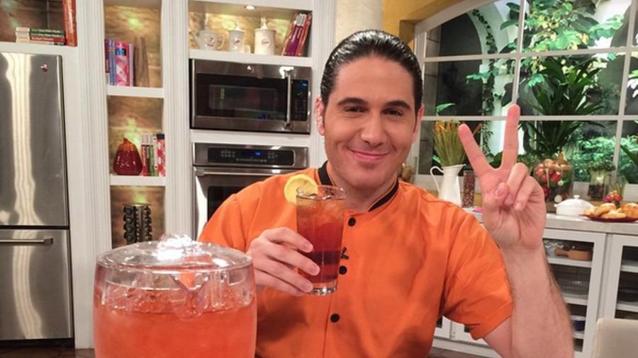 Chef James Tahhan con jarra de iced tea