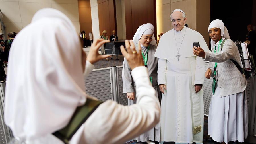 selfies de unas monjas con el papa