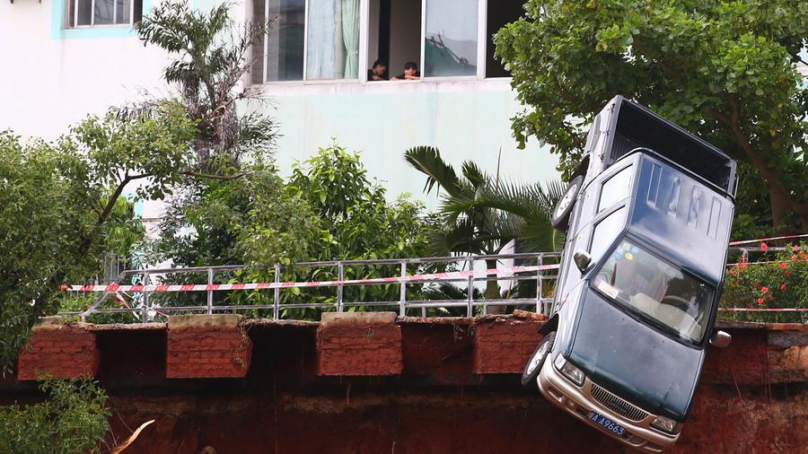 furgoneta en china cae de un puente