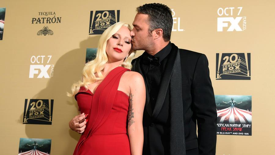 """Lady Gaga y su novio en el estreno de """"American Horror Story: Hotel"""""""