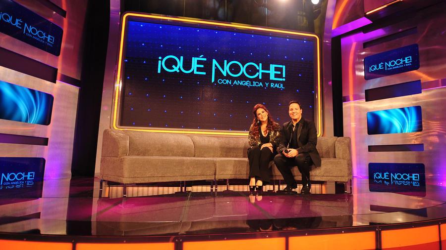 Angelica Vale y Raul Gonzalez en la tarima de Que Noche