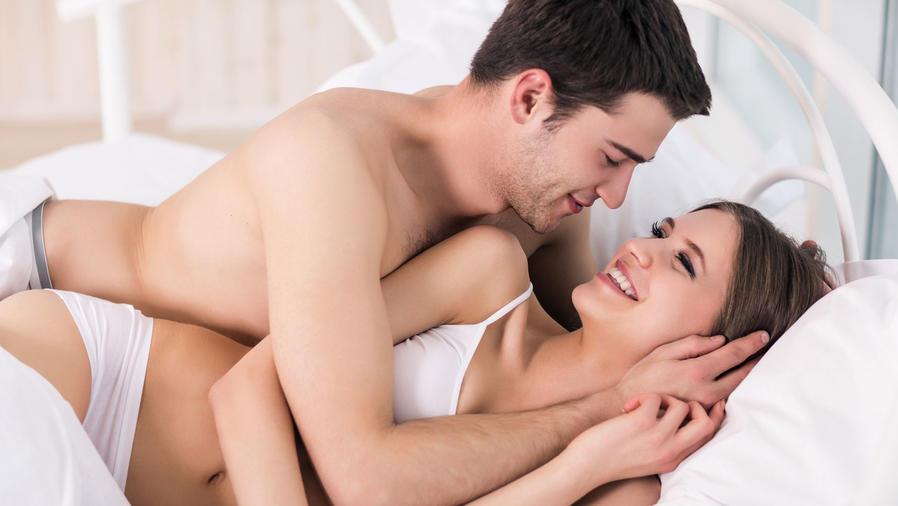 Pareja en la cama teniendo sexo