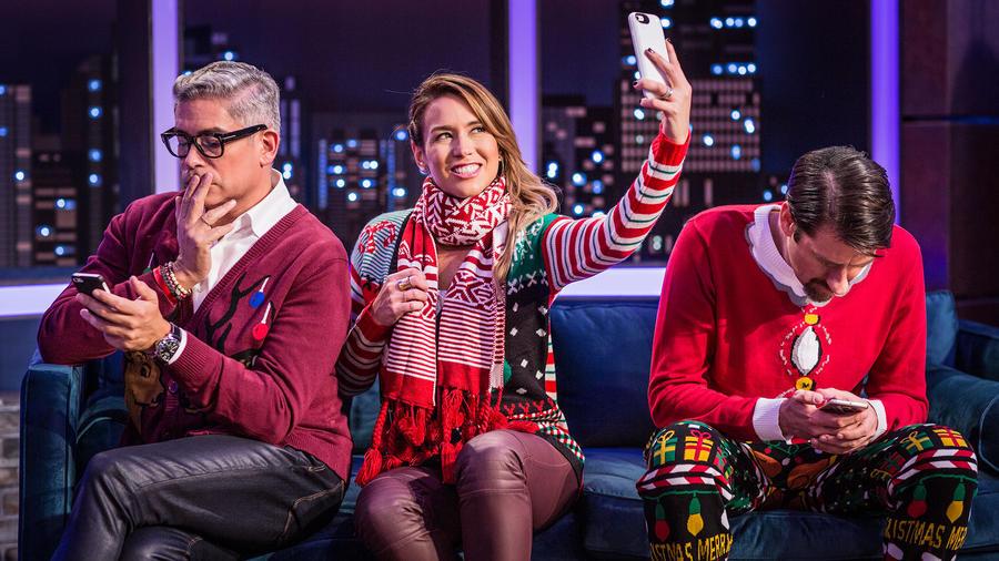 Boris Izaguirre, Erika de la Vega, Eduardo Videgaray tomandose selfie en Ya Era Hora