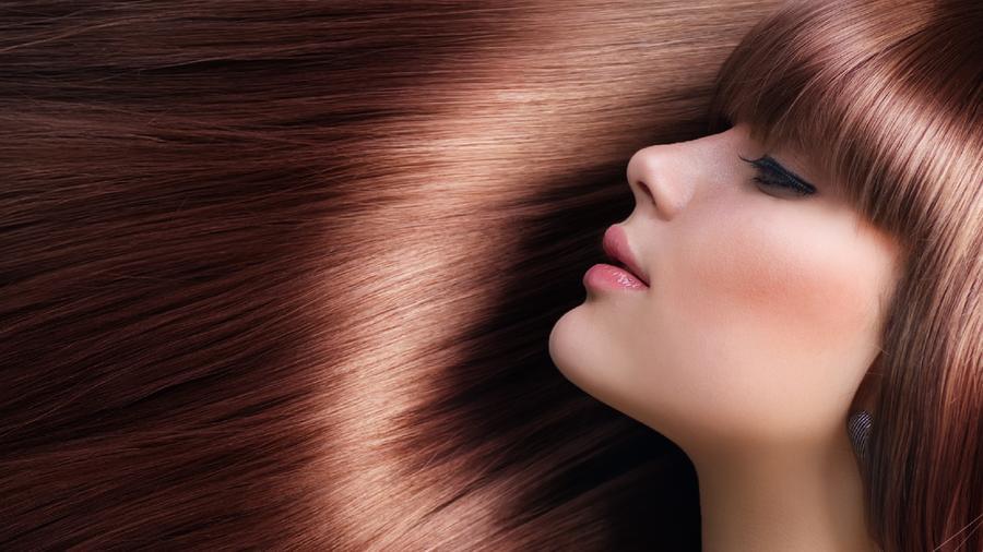Mujer de cabello rojizo de perfil