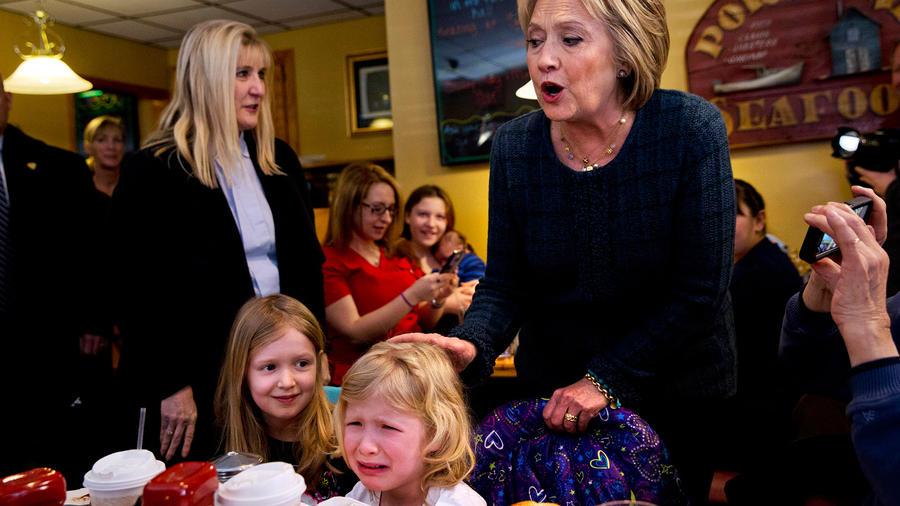 Ella Hamel, de 4 años, llora mientras ella y su hermana de 7 años, son saludadas por la precandidata presidencial demócrata Hillary Clinton durante una escala de campaña en Manchester, New Hampshire, el sábado 6 de febrero de 2016