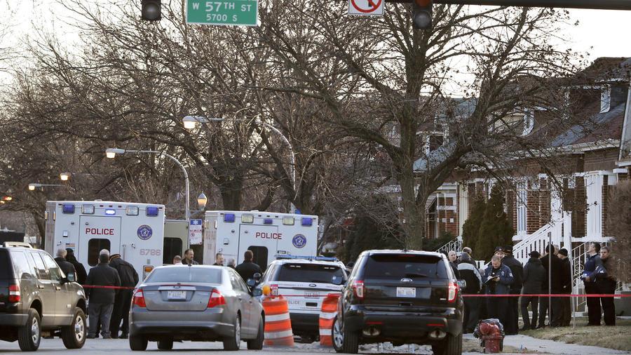 La policía de Chicago trabaja afuera de una casa donde fueron hallados muertos dos niños, dos mujeres y dos hombres, con señales de golpes, el 4 de febrero de 2016, en el vecindario Gage Park.