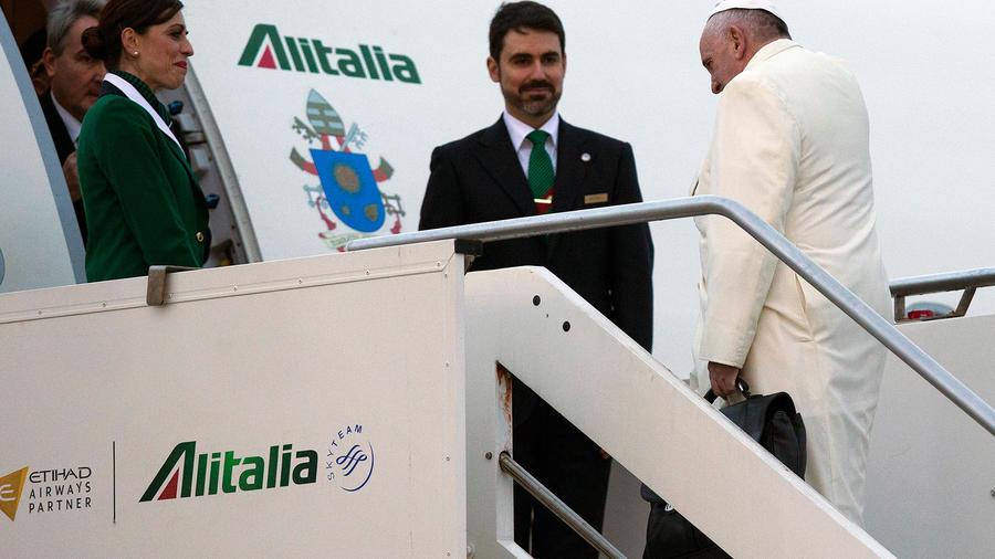 papa entrando en el avion papal