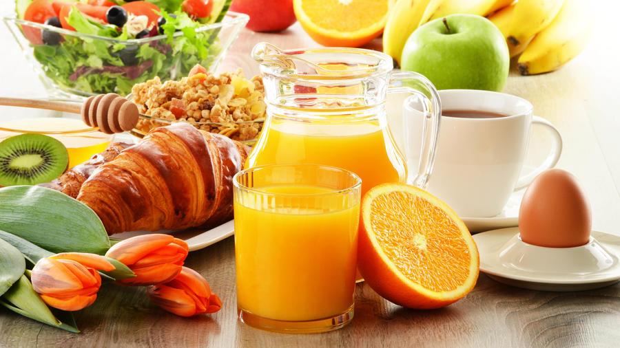 Jarra de jugo, café, huevo y frutas