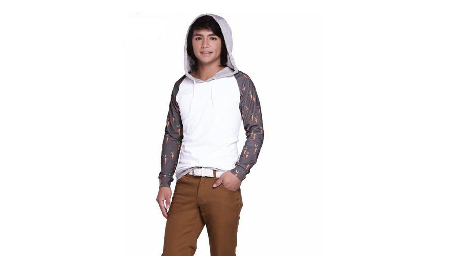 Modelo filipino Jeremy Sigmaton luciendo nueva línea de ropa