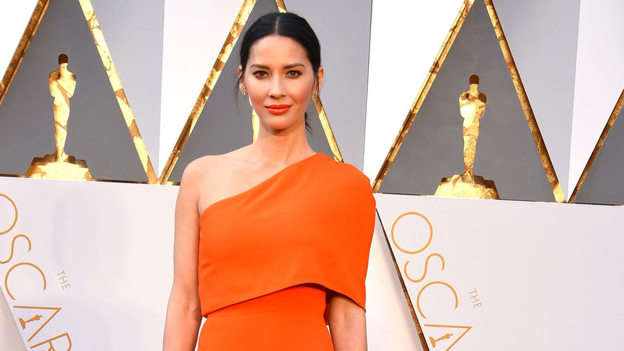 La actriz Olivia Munn en el red carpet de los Oscars