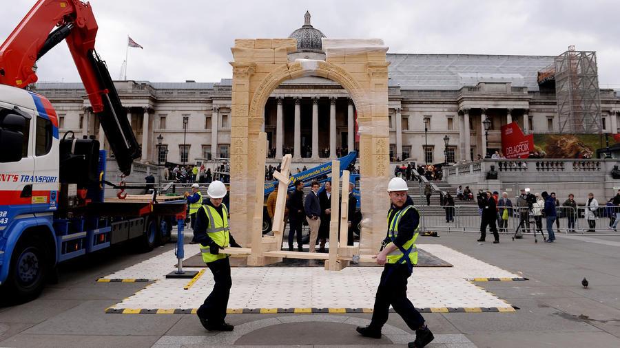 Un modelo a escala del arco del triunfo de Palmira, Siria, con 2.000 años de antigüedad se exhibe en Trafalgar Square en Londres el lunes 18 de abril de 2016.