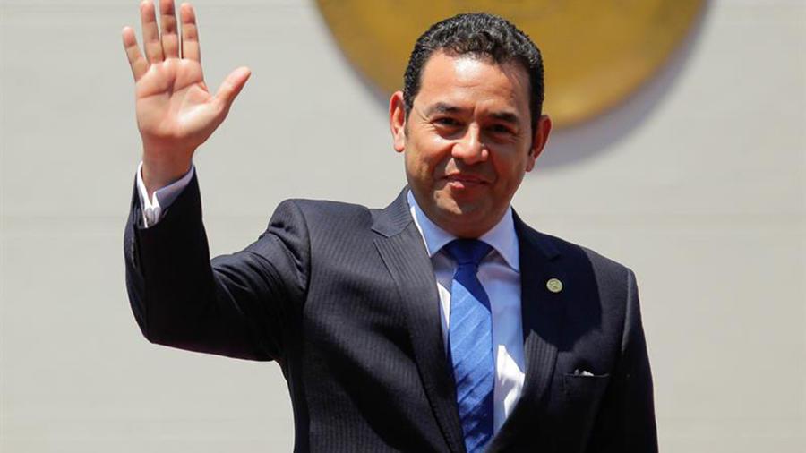 Fotografía de este 11 de abril de 2016 del presidente de Guatemala, Jimmy Morales, durante una visita a San Salvador