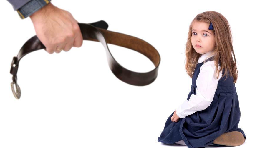 Niña mirando con cara de susto a su padre antes de recibir un azote