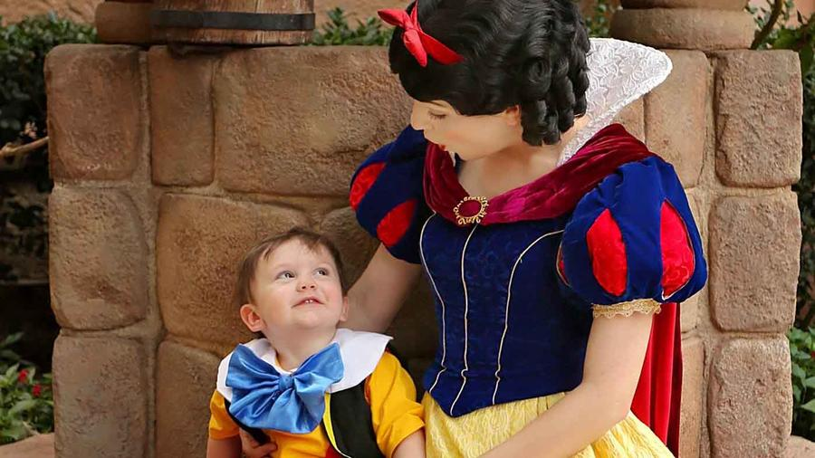 Niño disfrazado de Pinocho junto a personaje de Blancanieves