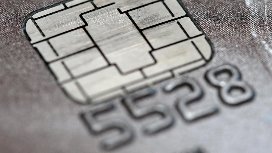 Esta foto del 10 de junio del 2015 muestra un microchip en una tarjeta de Visa. Visa anunció una mejora el microchip de sus tarjetas de crédito, que ha sido causa de quejas de negocios y usuarios por demoras en las transacciones