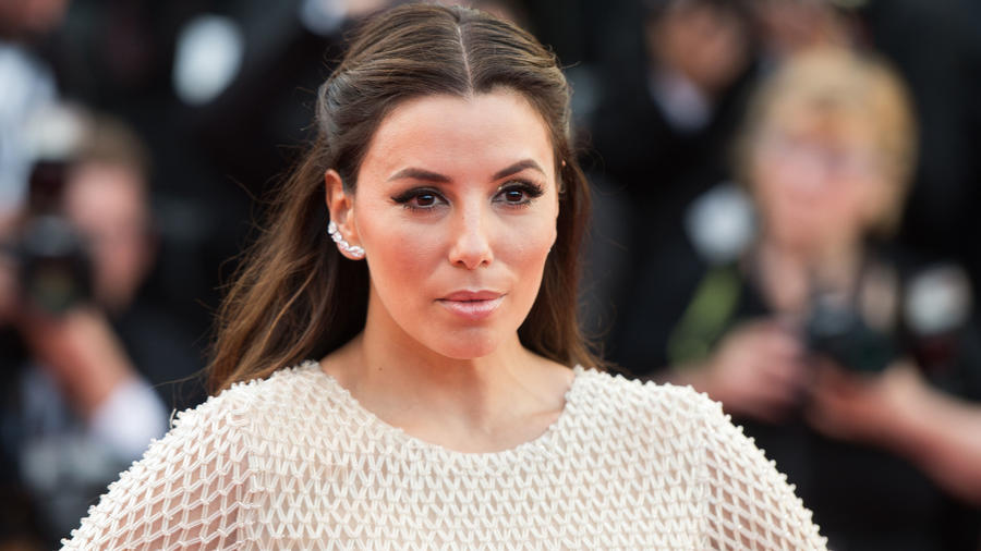 Eva Longoria  aen la alfombra roja de 'Cafe Society' en Cannes 2016