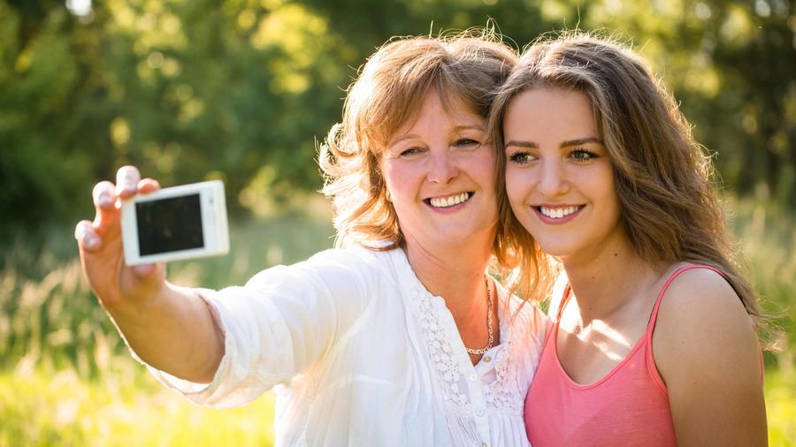 Madre e hijo haciéndose un selfie