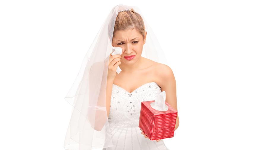 Novia llorando con caja de pañuelos en la mano