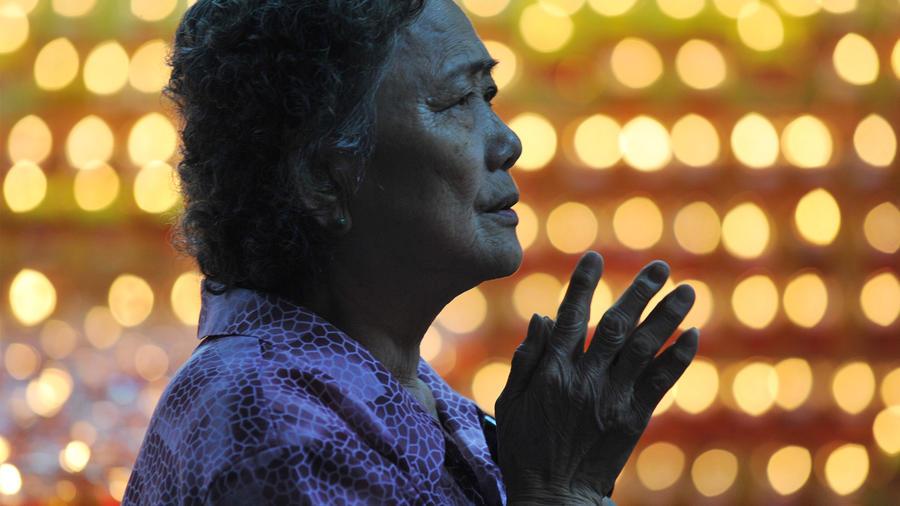 Una mujer visita una iglesia