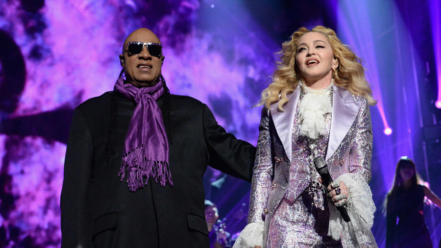 Stevie Wonder y Madonna en el escenario en el tributo a Prince en los 2016 Billboard Music Awards