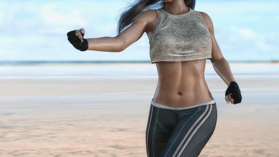 Mujer entrenando en la playa mostrando abdomen plano