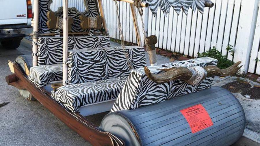 Vehículo que semeja un footmobile de los Flintstones en Key West, Florida.