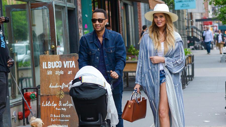 John Legend y Chrissy Teigen caminando por New York