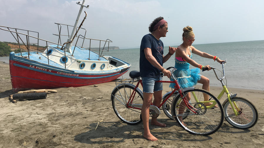 Shakira y Carlos Vives en el video La Bicicleta