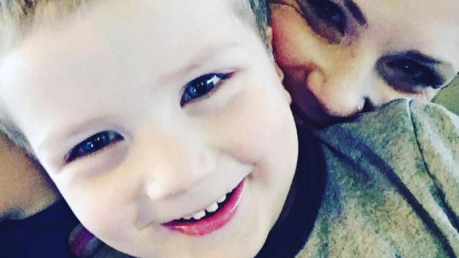 Ashley Grimm y su hijo Titus, fallecido en un accidente.
