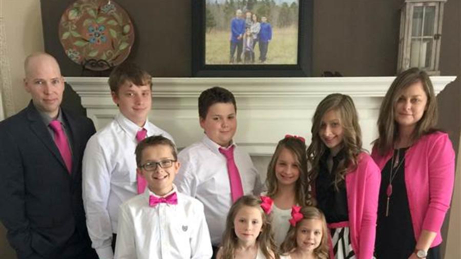 Stephanie y Donnie Culley y su familia, incluyendo los niños adoptados.