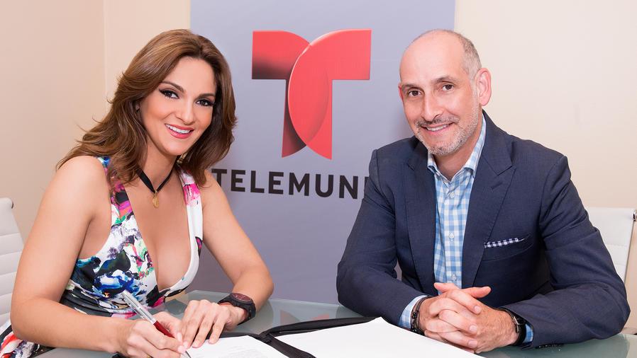 Mariana Seoane firmando su contrato con Telemundo