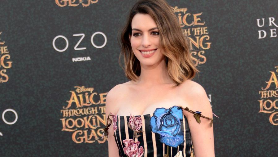 "Anne Hathaway en la premiere de ""Alice Through The Looking Glass"""