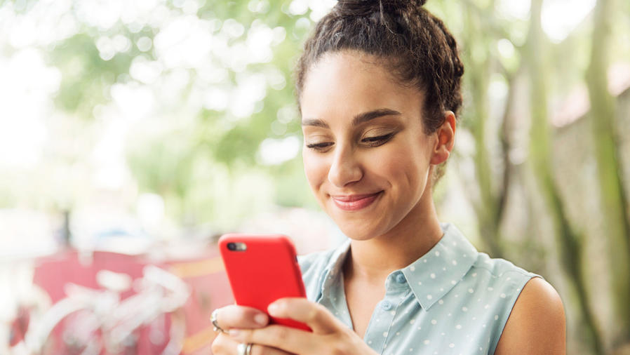 Joven hispana con smartphone