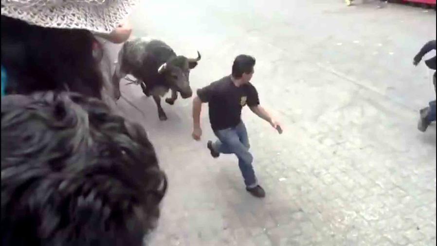 Toro embiste a joven en México